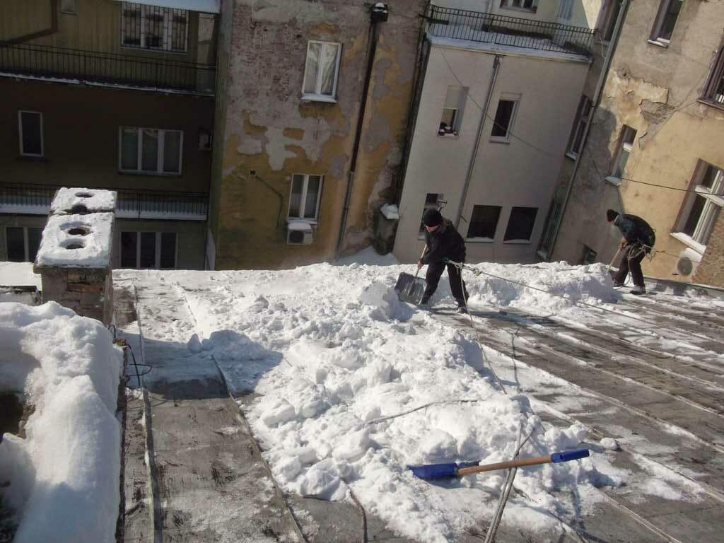 Čišćenje snega sa krova zgrade, ledenice, sneg na krovu