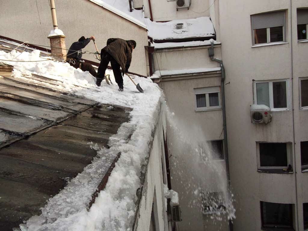 Čišćenje snega sa krova zgrade