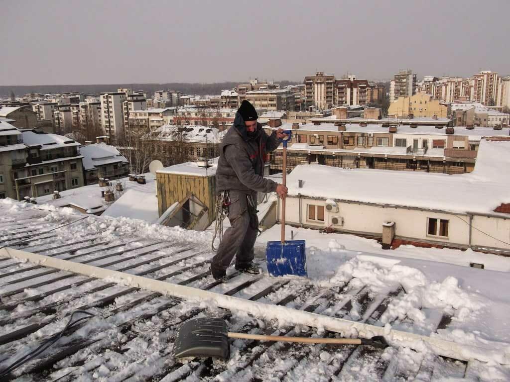 Čišćenje snega sa krova zgrade, prokisnjavanje krova, sneg na krovu