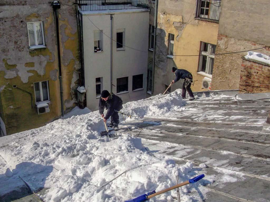 ciscenje-snega-sa-krova-na-dorcolu