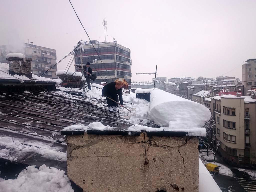 ciscenje-snega-sa-krova-u-beogradu1