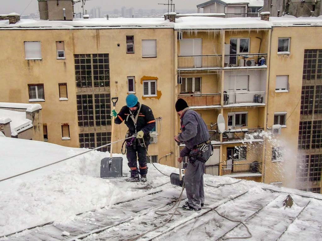 ciscenje-snega-sa-krova-zgrade-