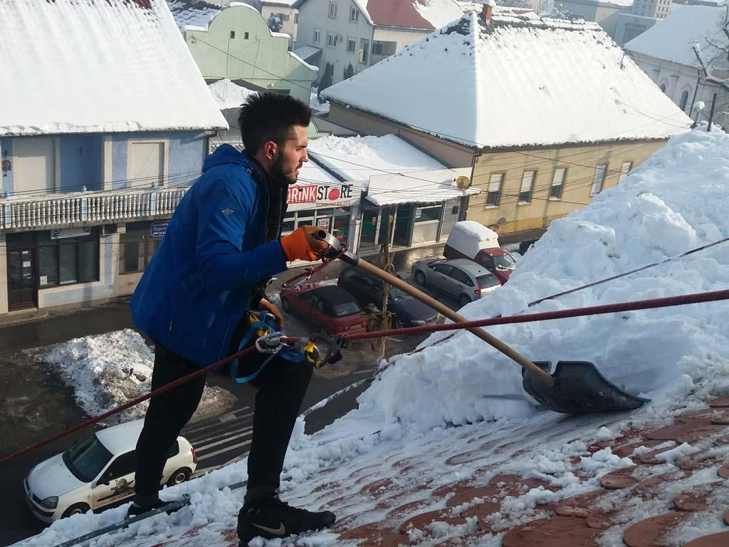 ciscenje-snega-sa-krova1